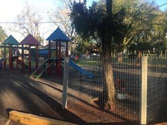 Fotografia, em plano aberto, do parque localização na praça de Cerro Largo. É um parque com brinquedos para crianças.