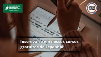 """Ao fundo, foto bem fechada de uma mulher segurando uma caneta e olhando para um dispositivo eletrônico no qual estão escritas frases em espanhol. Acima, nos cantos direito e esquerdo, as marcas da UFFS - Campus Chapecó e do Celuffs. Abaixo, o texto """"Inscreva-se em nossos cursos gratuitos de Espanhol"""""""