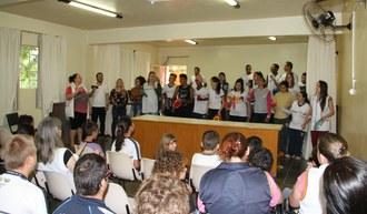 Na foto os integrantes do projeto estão em frente ao público fazendo apresentação. Eles seguram em suas mãos instrumentos musicais.