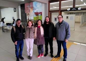 Na imagem cinco pessoas estão em pé posando para foto. Da esquerda para a direita: Afonso Nilson Barbosa de Souza, Luciana Casagrande Pereira, Serli Andrade, Thiago Bergler Bitencourt e Ronaldo José Seramim
