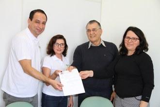 Na imagem a Diretora da UFFS - Campus Laranjeiras do Sul faz a entrega de cópia do Acordo de Cooperação para três integrantes do Observatório Social de Laranjeiras do Sul.