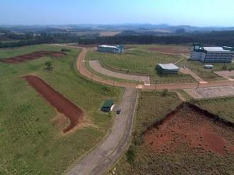 Foto registrada do alto mostra parte da infraestrutura do Campus Laranjeiras do Sul. Ao lado esquerdo da imagem observa-se a pista de aeromodelismo.