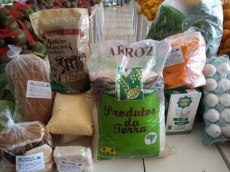 Foto mostra diversas embalagens contendo arroz, açúcar, leite, ovos, panificados, entre outros.