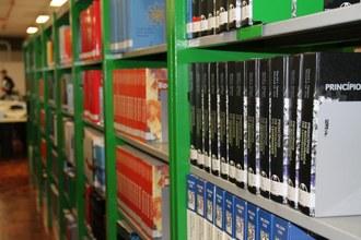 Na imagem, livros distribuídos em prateleiras.
