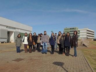Varias pessoas em pé posam para foto ao lado dos laboratórios do Campus Laranjeiras do Sul.