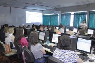 Foto aberta com várias pessoas em uma sala