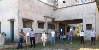 Foto em plano aberto com seis pessoas aparecendo