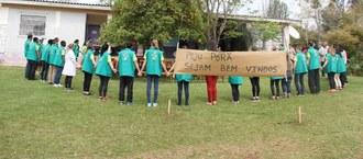 Pessoas fazendo um círculo em pátio de escola